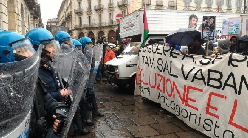 Corteo primo maggio, scontri tra polizia e antagonisti