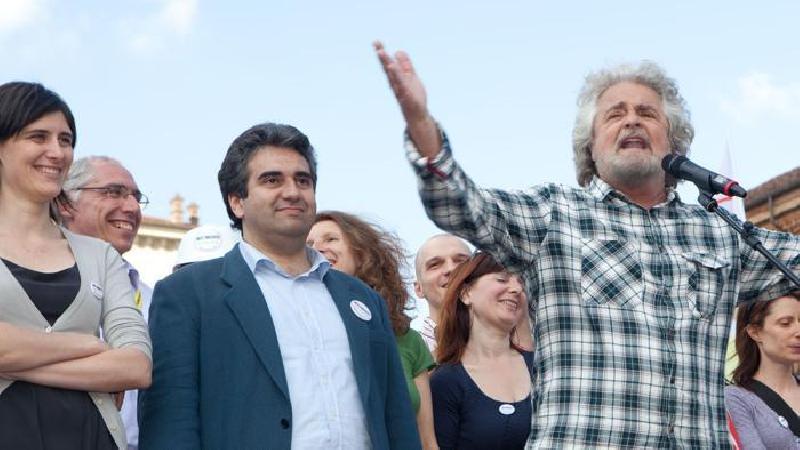 La comunione di Grillo ai grillini con dei grilli: è polemica