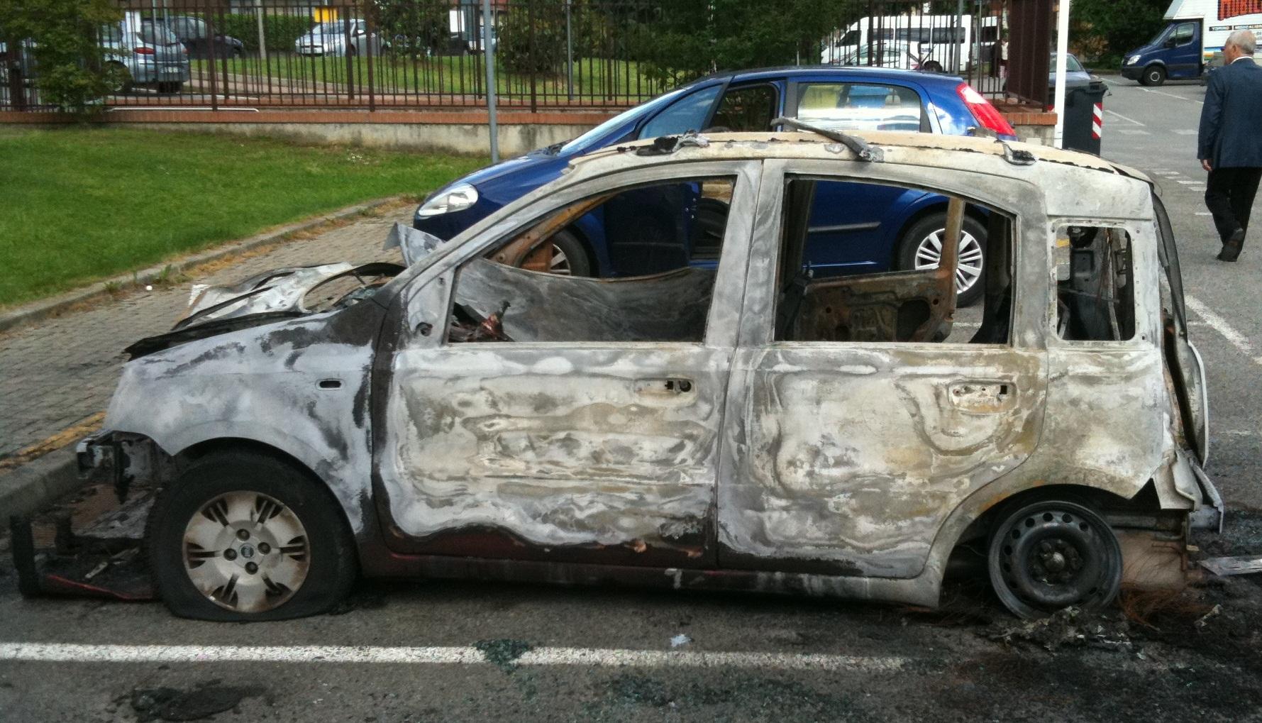 In fiamme l'auto di famiglia